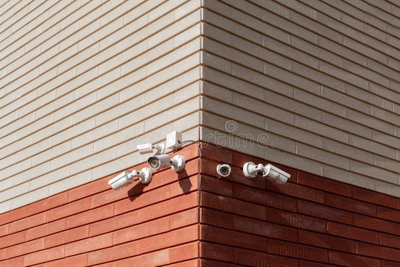Macchine fotografiche del CCTV sulla parete  Agenzia di sicurezza fotografia stock
