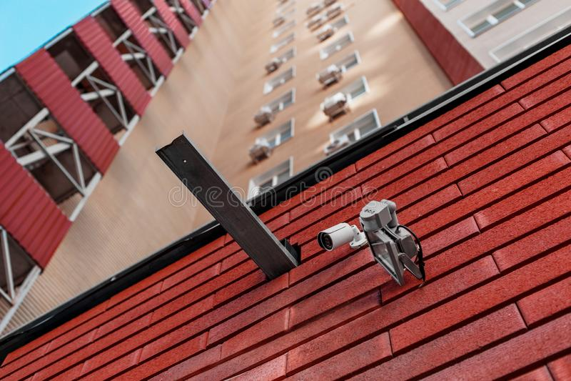 Macchine fotografiche del CCTV sulla parete  Agenzia di sicurezza fotografie stock libere da diritti