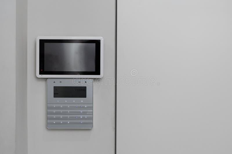Macchine fotografiche del CCTV sulla parete Controlli la sicurezza di una costruzione di multi-storia o di una casa privata Agenz fotografia stock