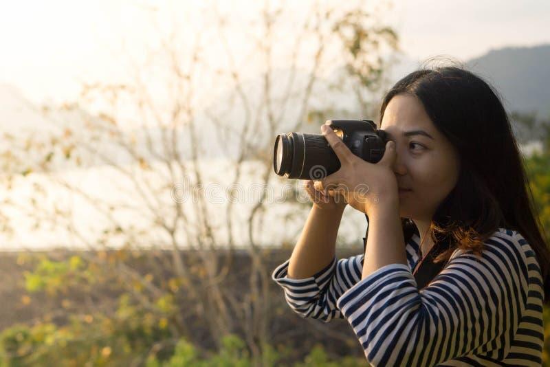 Macchine fotografiche digitali asiatiche di uso delle ragazze immagini stock libere da diritti
