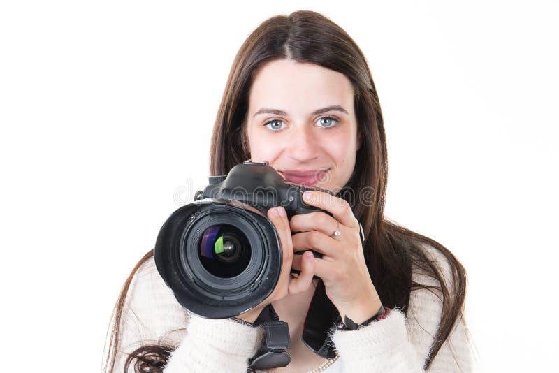 Macchine fotografiche digitali della tenuta di addestramento della giovane donna immagine stock