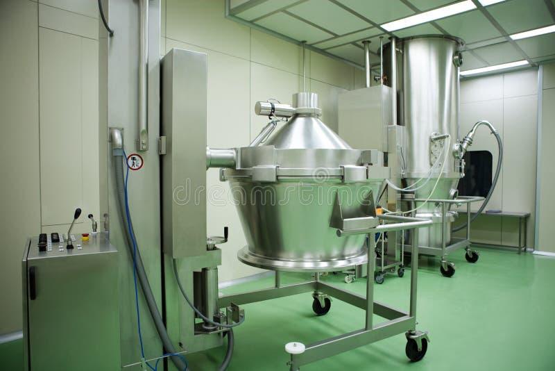 Macchine in un'industria farmaceutica immagini stock