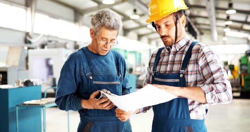 Macchine utensili del metallo di CNC automatizzate uso di Teaching Apprentices To dell'ingegnere immagini stock libere da diritti