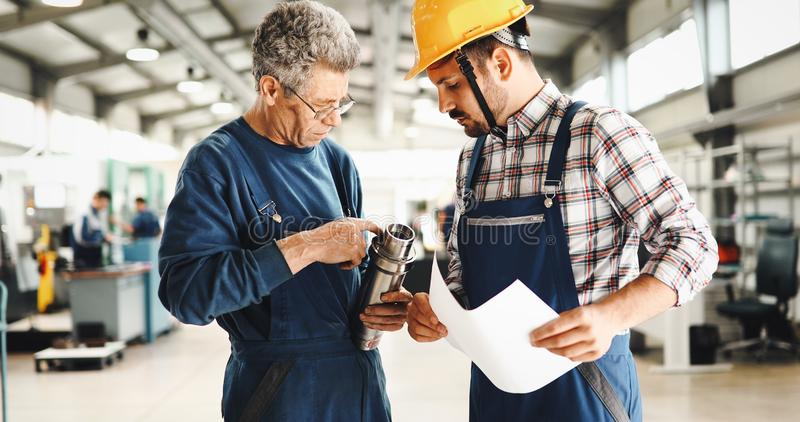 Macchine utensili del metallo di CNC automatizzate uso di Teaching Apprentices To dell'ingegnere fotografia stock