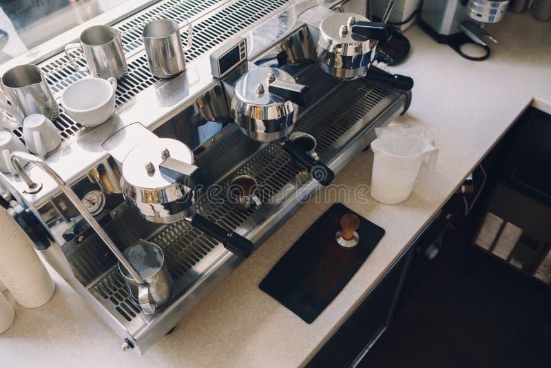 Macchinetta del caffè professionista Interno del ristorante della caffetteria immagine stock libera da diritti