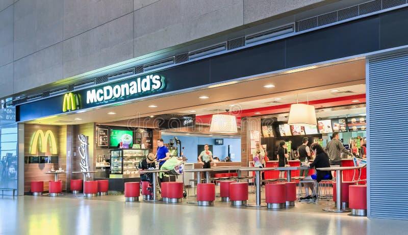 MacDonalds uttag på den Hongqiao flygplatsen, Shanghai, Kina arkivfoton