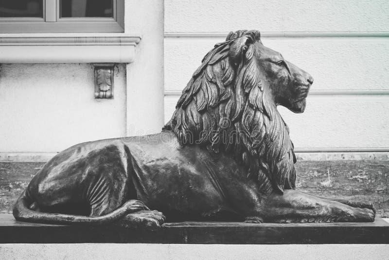 Macedônia, Skopje, escultura do centro do leão Centro da cidade, leão fotografia de stock royalty free