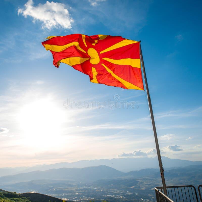 Macedońska flaga na nieba tle zdjęcia stock
