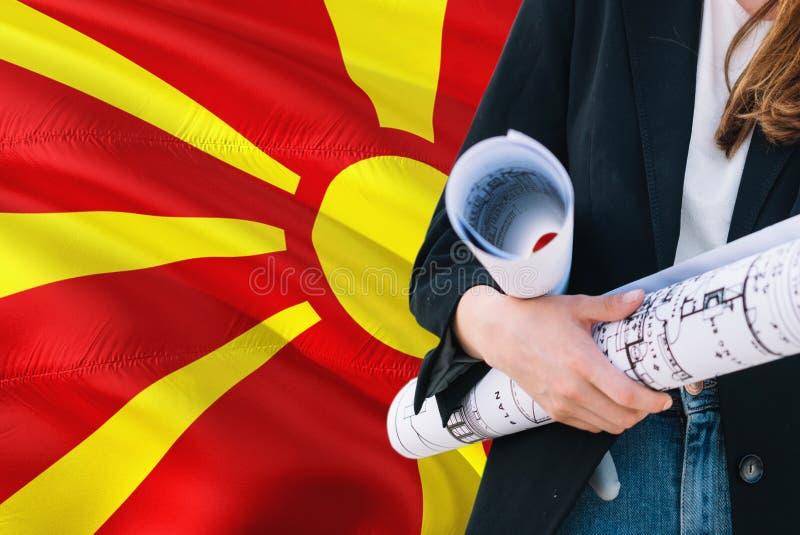 Macedoński architekt kobiety mienia projekt przeciw Macedonia falowania flagi tłu Budowy i architektury poj?cie zdjęcia royalty free