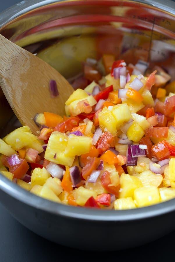 Macedonia con l'ananas, la cipolla ed il pomodoro fotografia stock