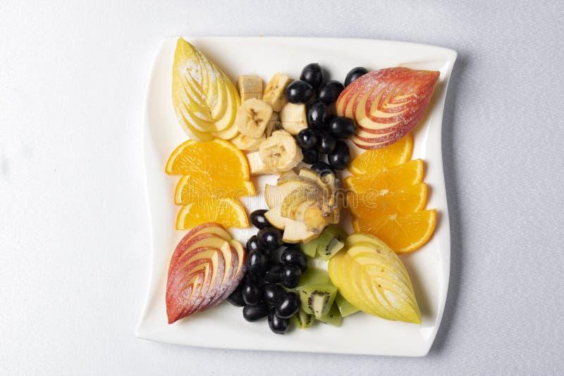 Macedonia di frutta esotica equilibrata sul piatto, nutrizione adeguata fotografia stock