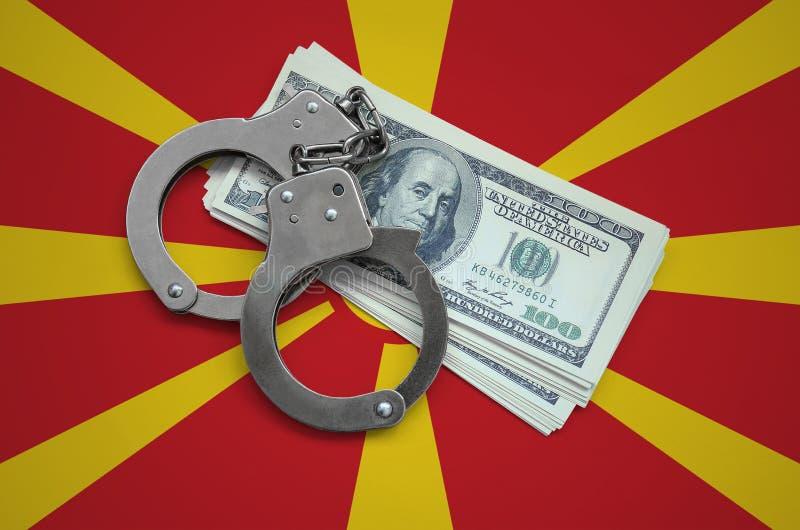 Macedonia flaga z kajdankami i plik dolary Waluty korupcja w kraju pieniężni przestępstwa fotografia royalty free