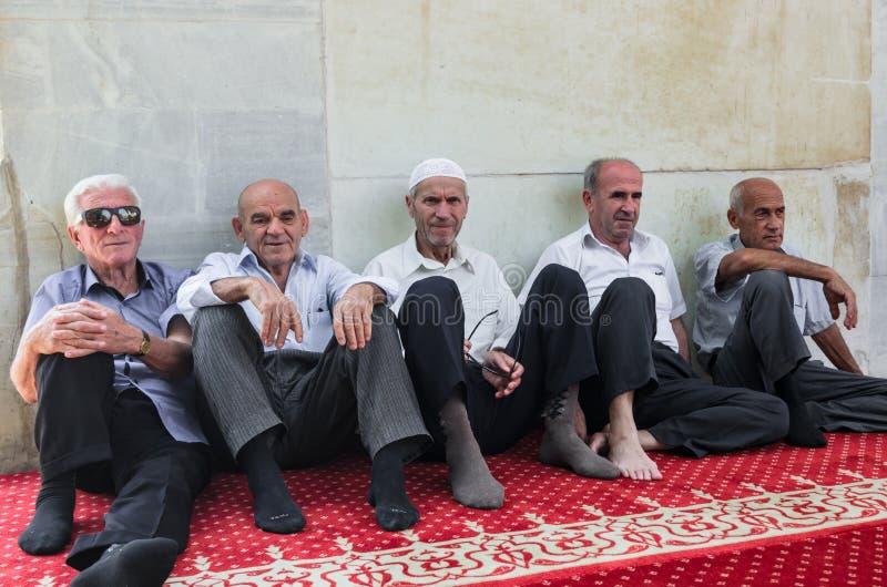 Macedonian albanska muslims som sitter i Sultan Murad Mosquie nära gammal basar i Skopje royaltyfri foto
