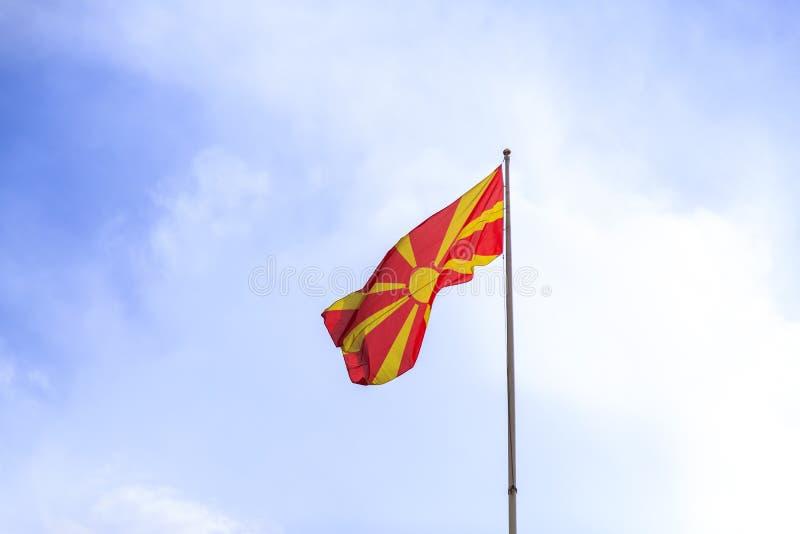 Macedonian flagga som vinkar i himlen arkivfoto