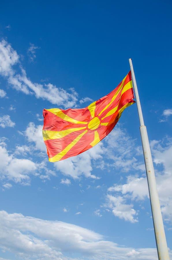 Macedonian flagga som vinkar på himlen fotografering för bildbyråer