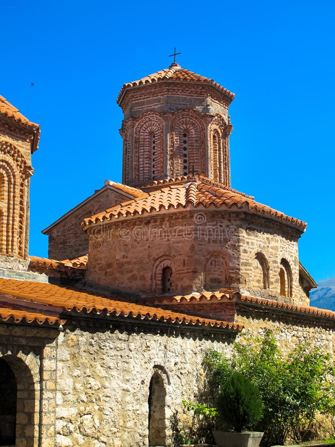 Macedonian ortodox kyrka av St Naum i klosterkomplexet f?r St Naum, sj? Ohrid, Makedonien royaltyfri fotografi