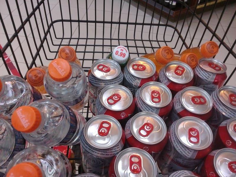 MACEIO, AL, EL BRASIL - 10 DE MAYO DE 2019: Latas de cerveza de Budweiser y otros produtcs foto de archivo