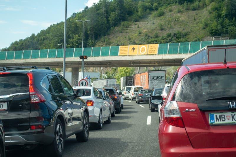 Macelj, Gruskovje - encadrez la Slovénie et la Croatie, les voitures, les autobus et les camions attendant dans les lignes pour f images libres de droits