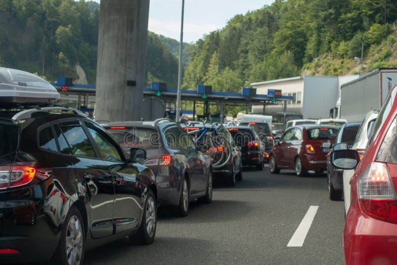 Macelj, Gruskovje - encadrez la Slovénie et la Croatie, les voitures, les autobus et les camions attendant dans les lignes pour f photo stock