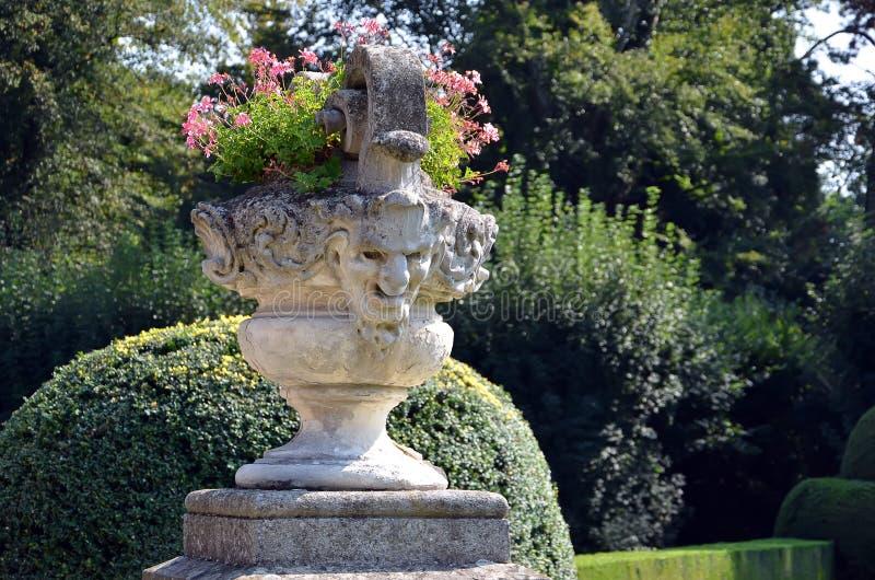 Maceta histórica con la estatua de la cabeza humana en jardín del castillo imágenes de archivo libres de regalías