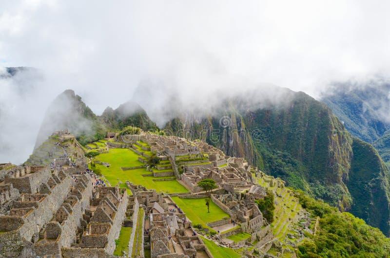 MACH PICCHU, CUSCO region, PERU CZERWIEC 4, 2013: Panoramiczny widok 15 wiek inka cytadela Mach Picchu zdjęcie royalty free
