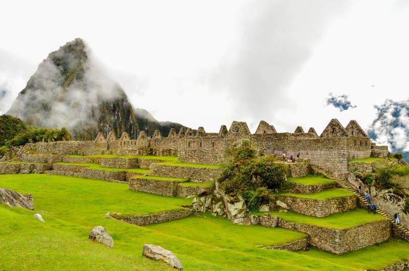 MACH PICCHU, CUSCO region, PERU CZERWIEC 4, 2013: Panoramiczny widok 15 wiek inka cytadela Mach Picchu fotografia royalty free
