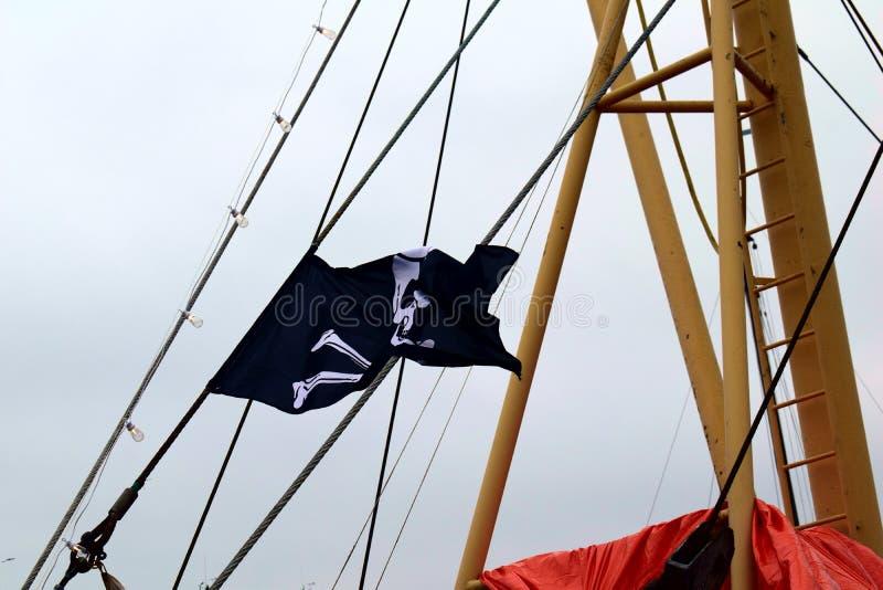 Machać czarną pirat flagę fotografia royalty free