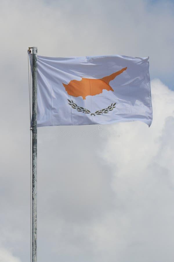 Machać flaga Cypr na flagpole przeciw niebu obrazy royalty free