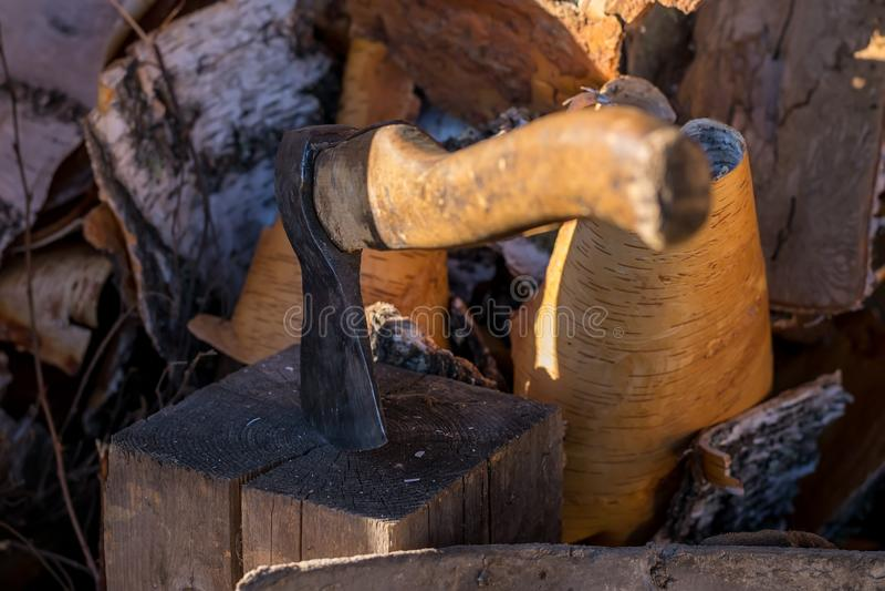 Machado colado em um início de uma sessão a jarda sobre um woodpile na rua fotografia de stock royalty free