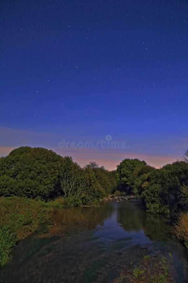 Machado do rio na noite estrelado imagem de stock