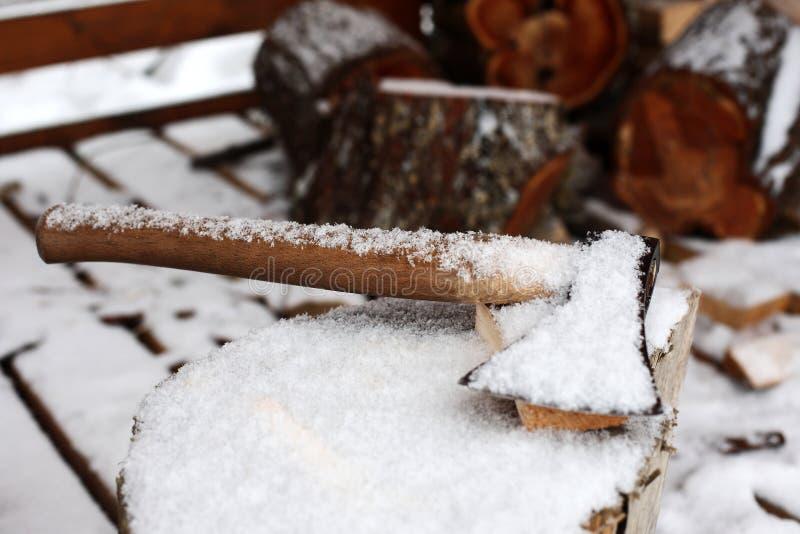 Machado no bloco de desbastamento no inverno imagens de stock