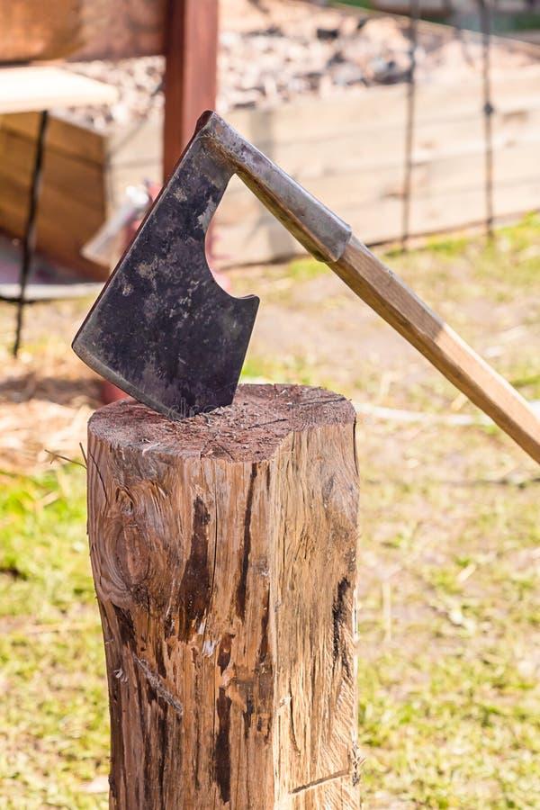 Machado tradicional da batalha com sulco do combate da fim-mão na batalha das armas unitárias forjadas coladas no coto velho fotos de stock