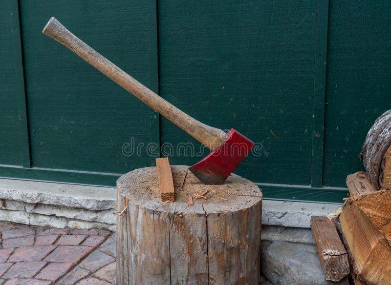 Machado vermelho no log foto de stock