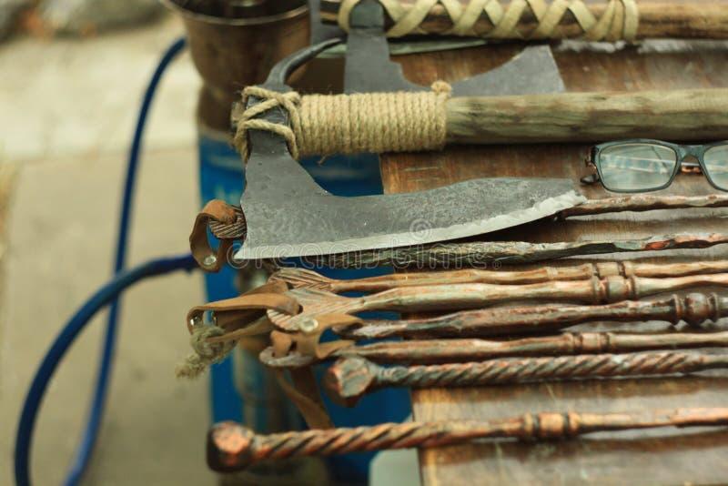 Machados, facas, moedas, lembranças e outros bens, exposição da rua de forjar o metal imagens de stock