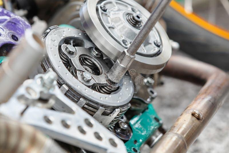 Machanic justerar den automatiska kopplingen av motorcykeln royaltyfri fotografi
