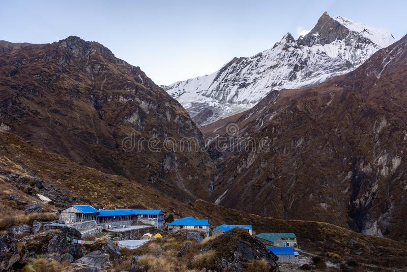 Machapuchare Podstawowego obozu wioska i snowcapped Machapuchare szczyt Łowimy ogon za, himalaje zdjęcia stock