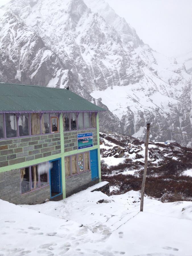 MACHAPUCHARE PODSTAWOWY obóz, NEPAL: Pensjonat fotografia stock