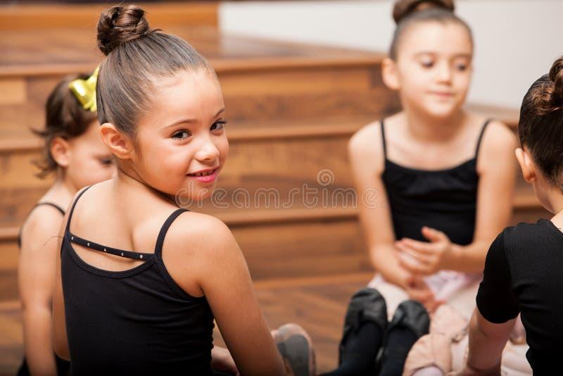 Machen einer Pause von der Tanzklasse lizenzfreie stockbilder