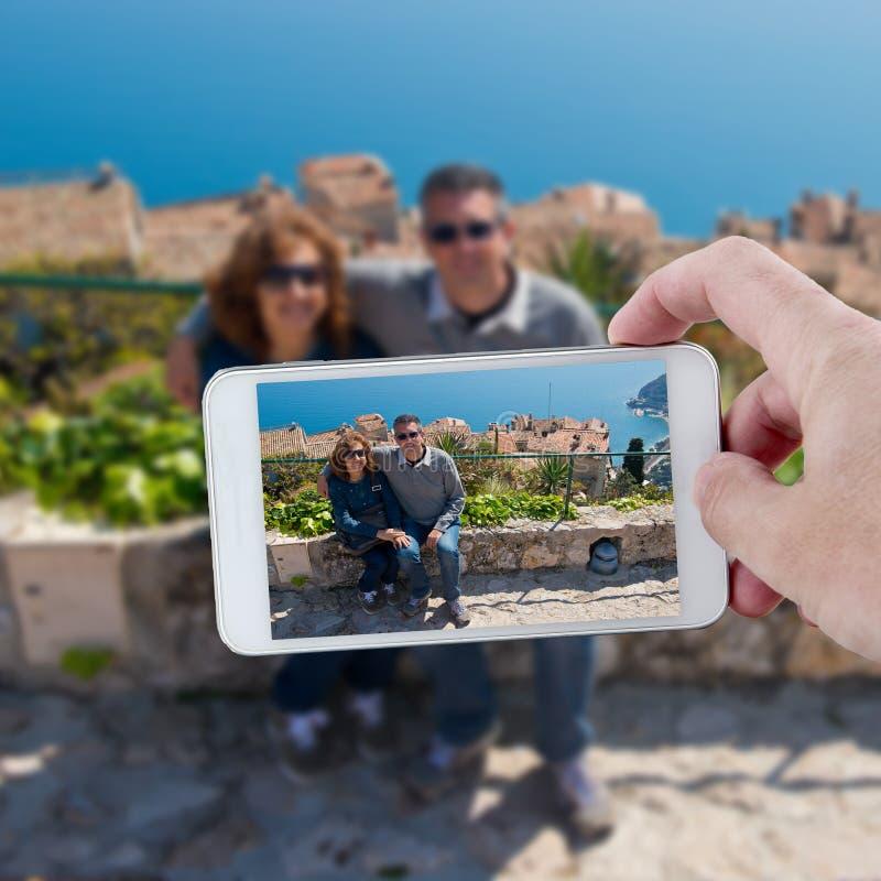 Machen eines Fotos mit Smartphone in Cote d'Azur stockbild