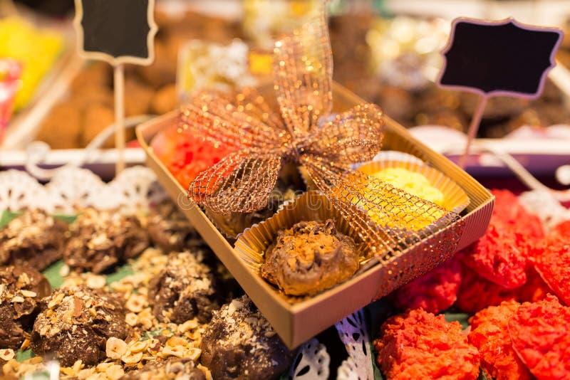 Machen Sie Bonbons und Plätzchen am Weihnachtsmarktstall in Handarbeit lizenzfreie stockbilder