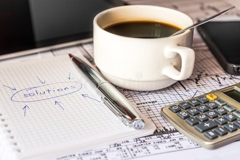 Machen Sie die Lösungen eines Geschäfts und die neuen Ideen schreiben lizenzfreie stockfotos