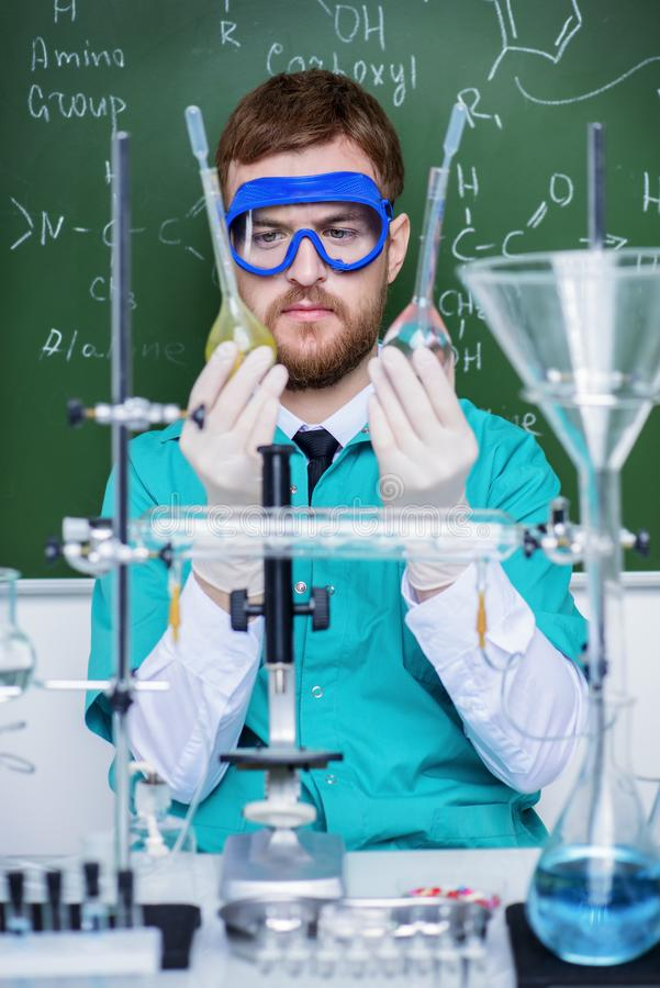 Machen Sie Experimente im Labor lizenzfreie stockbilder