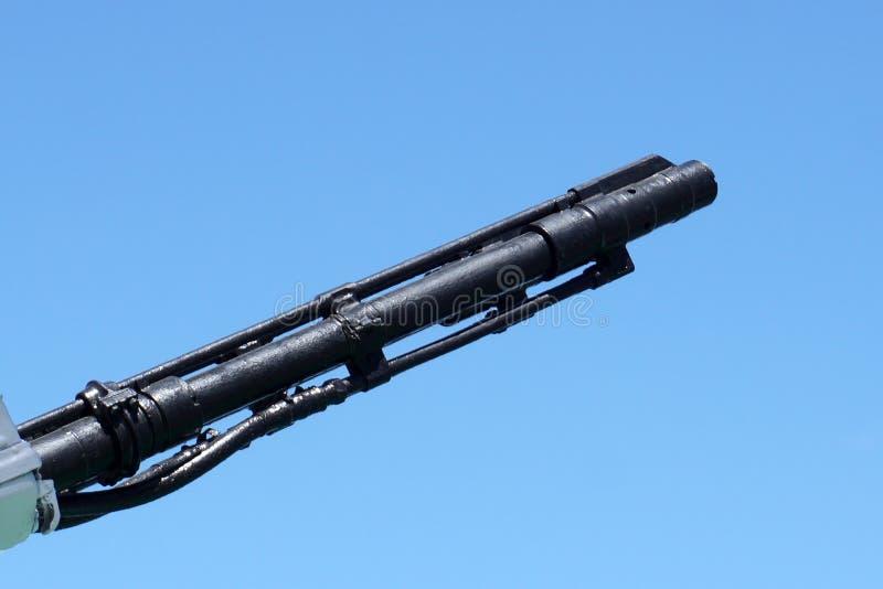 Machen Sie Fass des Schiffsartilleriegewehrs auf einem Hintergrund des blauen Himmels mundtot kopieren Sie Raum, selektiven Fokus stockfotografie
