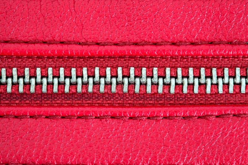 Machen Sie fest geschlossene Schwergängigkeit zusammen zwei Schichten rotes Gewebegewebe und rotes Leder unter hohem Abschlussdet stockfotos