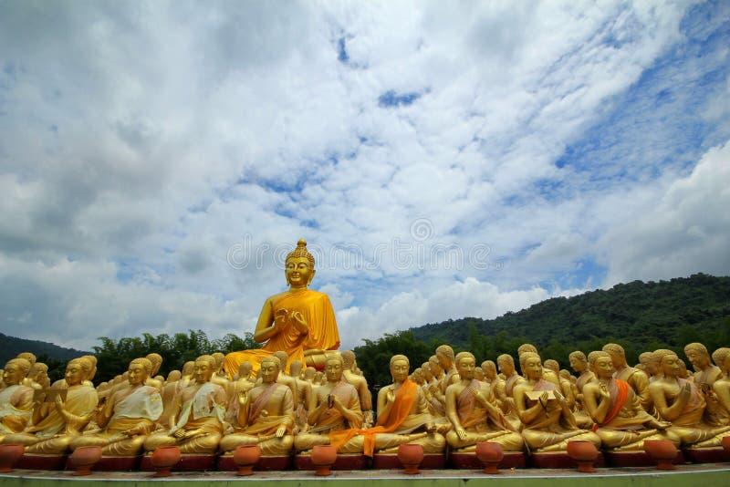 Machen Sie Foto von Buddha, Statuensitzen, dasbild von 1250 Mönchen um das Buddha-Bild bei Phuttha Utthayan Makha Bucha Anusorn s stockfotos