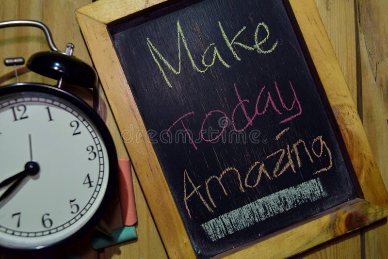 Machen Sie heute überraschen auf buntem handgeschriebenem der Phrase auf Tafel lizenzfreie stockfotografie