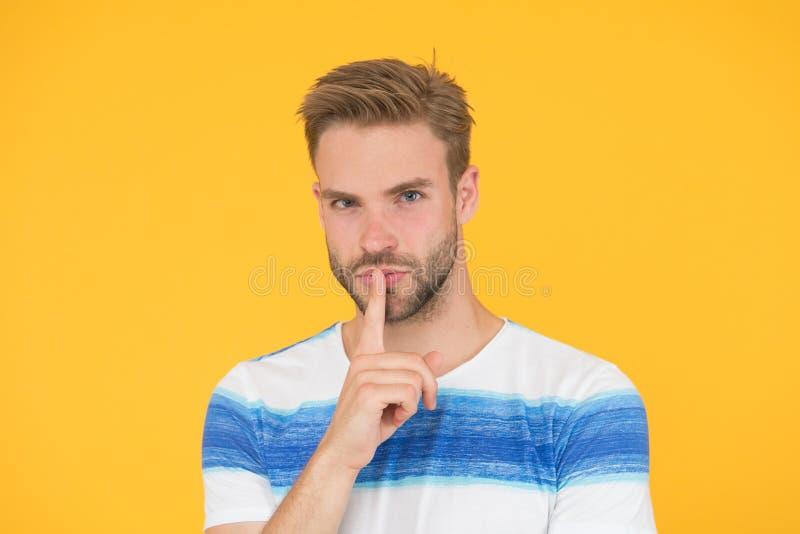 Machen Sie Ihre Lippe Rei?verschluss zu Versuchen, es zu halten ein Geheimnis Geheimer Spion oder Vertreter mit Ruhegeste auf gel lizenzfreies stockbild