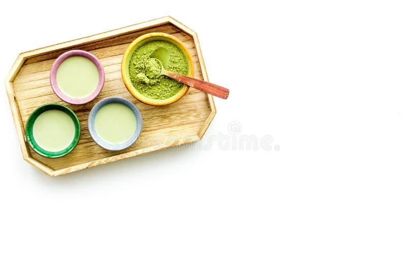 Machen Sie matcha Tee Matcha-Tee in den kleinen Schalen bereit, auf weißem Draufsicht-Kopienraum des Hintergrundes zu trinken stockfotografie