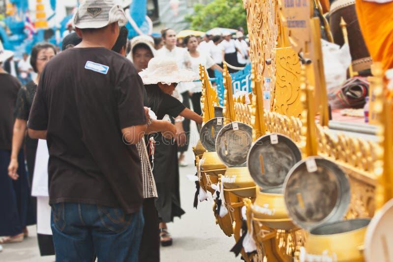 Machen Sie Verdienst und geben Sie den buddhistischen Mönchen Lebensmittelangebote oder spenden Sie Geld am Ende von buddhistisch stockfoto