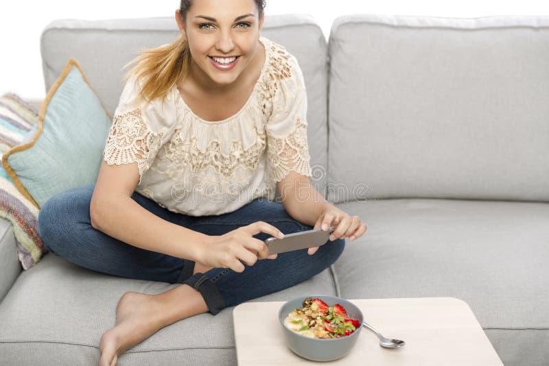 Machen von foodie Fotos bevor dem Eatting stockfoto
